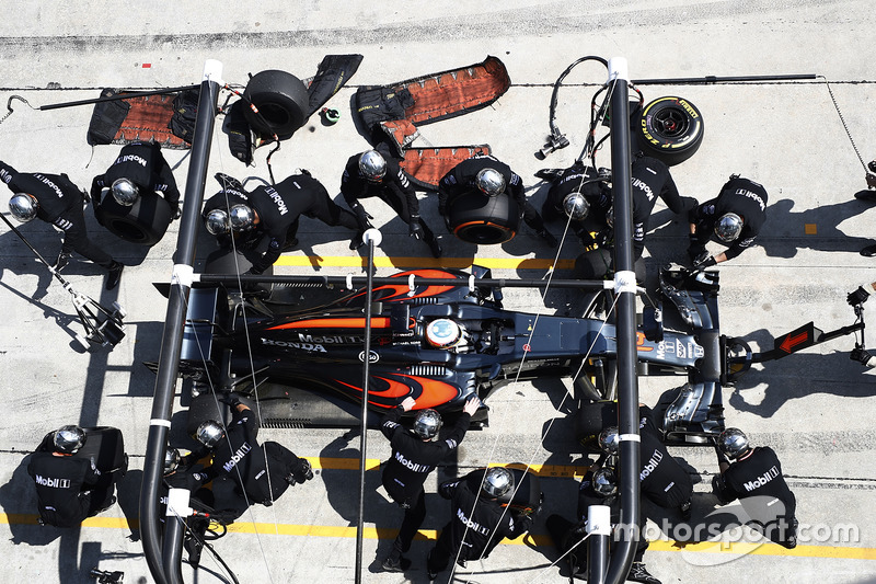 Fernando Alonso, McLaren MP4-31, pit action