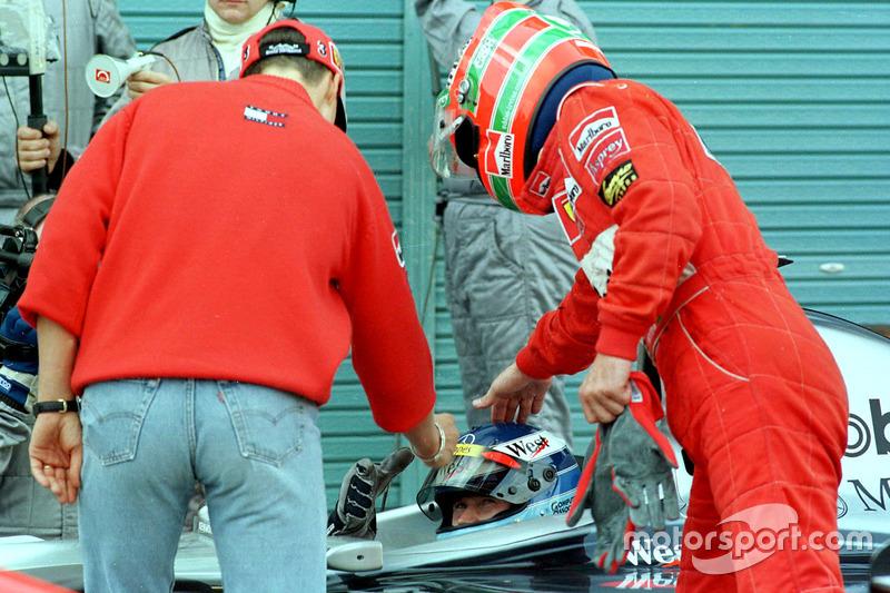 Erste Gratulanten für Weltmeister Häkkinen sind Schumacher und Irvine (2.)