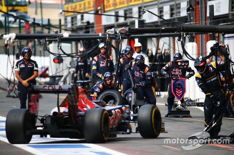 Daniil Kvyat, Scuderia Toro Rosso STR11 fa un pit stop