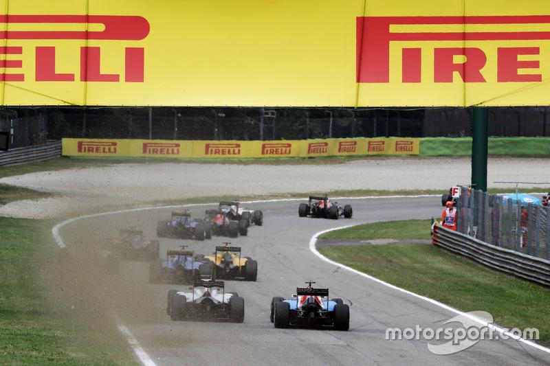 Esteban Ocon, Manor Racing MRT05 y Esteban Gutiérrez, Haas F1 Team VF-16 al inicio de la carrera