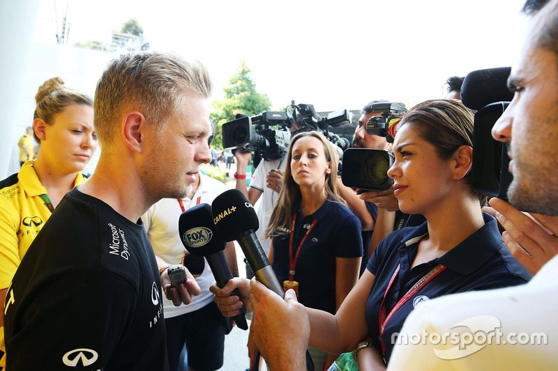 Kevin Magnussen, Renault Sport F1 Team with the media