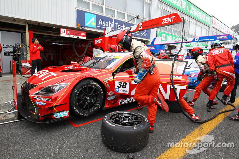 #38 Team Zent Cerumo Lexus RC F: Yuji Tachikawa, Hiroaki Ishiura in the pits
