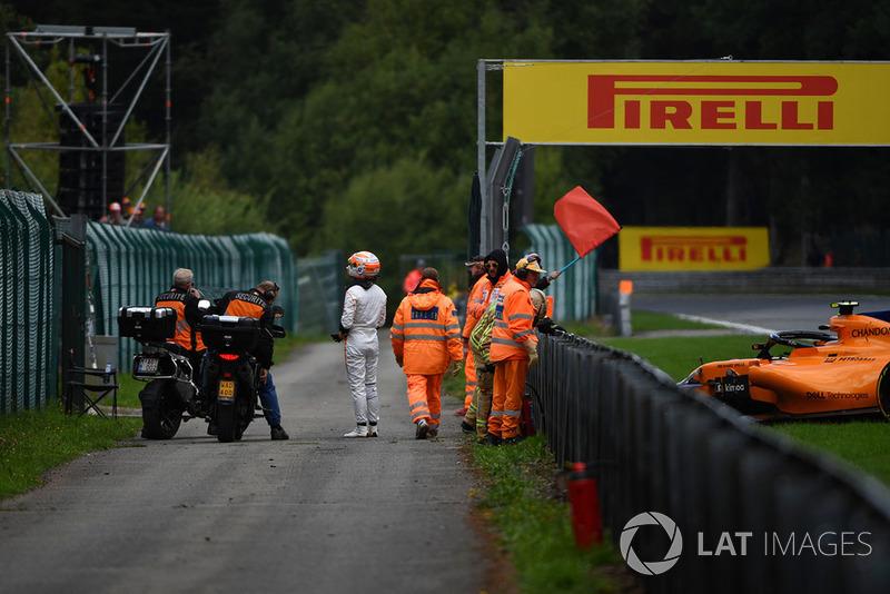 Red flag after Stoffel Vandoorne, McLaren MCL33 crashed in FP3