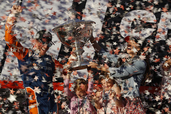 Scott Dixon, Chip Ganassi Racing Honda fête son titre avec sa femme Emma et ses filles Poppy et Tilly