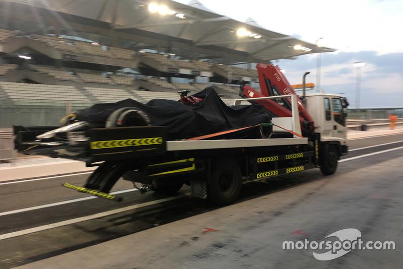 La Sauber C37 di Kimi Raikkonen, viene riportata in pitlane con un camion