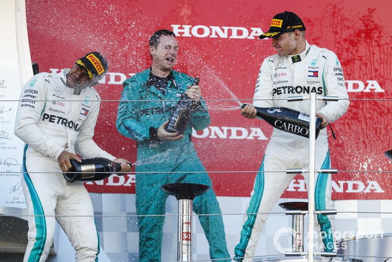 Il vincitore della gara Lewis Hamilton, Mercedes AMG F1, e il secondondo classificato Valtteri Bottas, Mercedes AMG F1, sruzzano lo Champagne sul podio