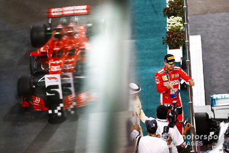 Sebastian Vettel, Ferrari, 2e, soulève son trophée sur le podium