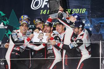 Podium LMP1 : les vainqueurs Mike Conway, Kamui Kobayashi, Jose Maria Lopez, Toyota Gazoo Racing avec Shigeki Tomoyama, président de Gazoo Racing, et les deuxièmes, Sebastien Buemi, Kazuki Nakajima, Fernando Alonso, Toyota Gazoo Racing