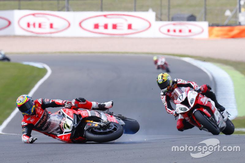 Sturz: Chaz Davies, Aruba.it Racing - Ducati Team