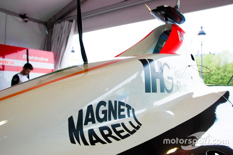 Auto von Mahindra Racing mit dem Logo von Magneti Marelli