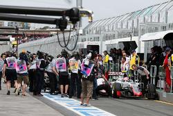 Ромен Грожан, Haas F1 Team VF-16, и Рио Харьянто, Manor Racing MRT05 collide in the pit lane