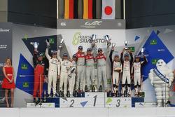 Podio: ganadores de la carrera Marcel Fässler, Andre Lotterer, Benoit Tréluyer, Audi Sport Team, seg