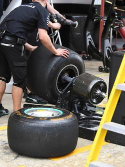 Механик Mercedes AMG F1 и шина Pirelli