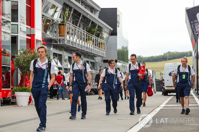 Mecánicos de Williams llegan al paddock