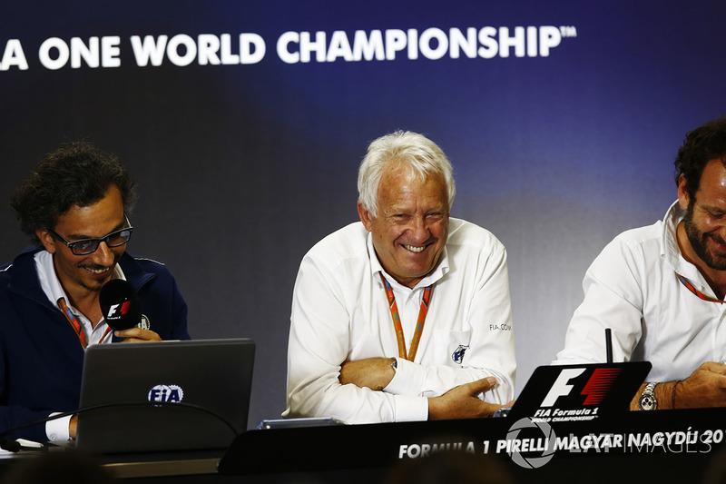 Laurent Mekies, Director de carrera adjunta de F1, FIA, Charlie Whiting, Director de carrera de la FIA y Matteo Bonciani, jefe de comunicaciones de la FIA y delegado de medios de comunicación, sede de una conferencia de prensa sobre la introducción del halo