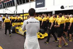 Гонщик Renault Sport F1 Team Джолион Палмер рядом с автомобилем Renault Sport F1 Team RS01 F1
