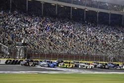 Restart: Kyle Busch, Kyle Busch Motorsports Toyota, Johnny Sauter, GMS Racing Chevrolet lead