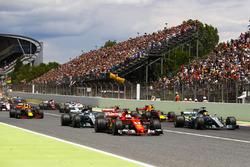 Старт гонки: лидируют Себастьян Феттель, Ferrari SF70H, и Льюис Хэмилтон, Mercedes AMG F1 W08