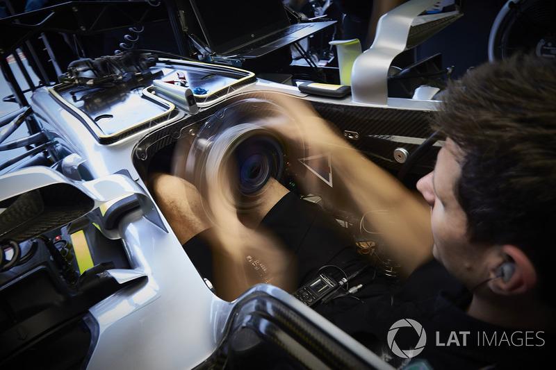 Mercedes-Mechaniker im Cockpit eines Mercedes AMG F1 W08
