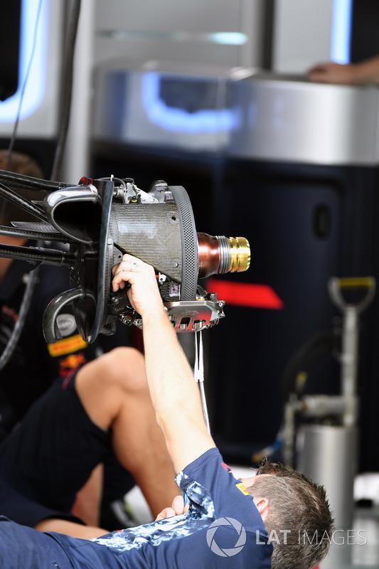 Red Bull Racing RB13 front wheel hub