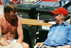 Ex campeones del mundo, James Hunt y Niki Lauda en el en el paddock