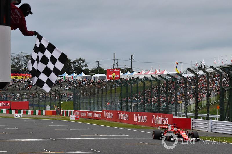 Sebastian Vettel, Ferrari SF70H toma la bandera a cuadros al final de calificación