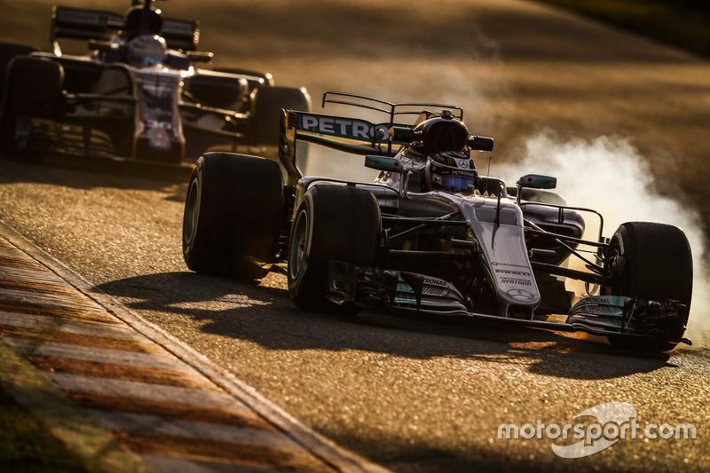 3. Valtteri Bottas, Mercedes F1 W08, delante de Antonio Giovinazzi, Sauber C36