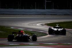 Romain Grosjean, Haas F1 Team VF-17, y Max Verstappen, Red Bull Racing RB13