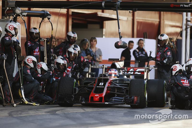 Romain Grosjean, Haas F1 Team VF-17, se cae de las tomas y sale de su área de pits