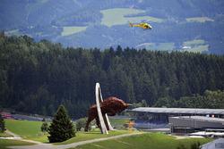 Гелікоптер та скульптура бика