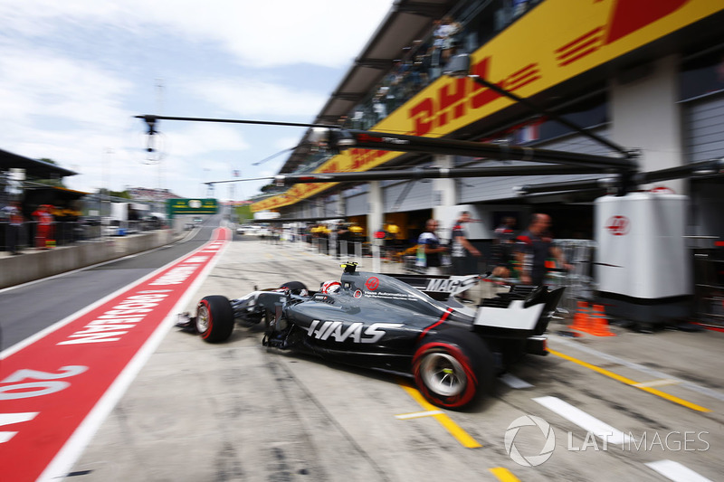 Кевін Магнуссен, Haas F1 Team VF-17, виїжджає з боксів
