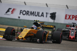 Jolyon Palmer, Renault Sport F1 Team RS17, devant Romain Grosjean, Haas F1 Team VF-17