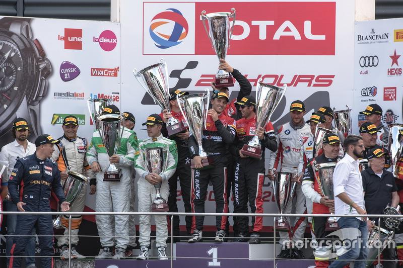AM-Cup Podio: Ganadores de la carrera #888 Kessel Racing Ferrari 488 GT3: Jacques Duyver, Marco Zanuttini, David Perel, Niki Cadei, segundo lugar #488 Rinaldi Racing Ferrari 488 GT3: Rino Mastronardi, Patrick Van Glabeke, Pierre Ehret, Gabriele Lancieri, tercer lugar