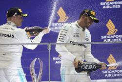 Podium: troisième place Valtteri Bottas, Mercedes AMG F1 et le vainqueur Lewis Hamilton, Mercedes AMG F1