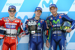 Il poleman Maverick Viñales, Yamaha Factory Racing, il secondo classificatoJorge Lorenzo, Ducati Team, il terzo classificato Valentino Rossi, Yamaha Factory Racing
