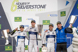 Podium GTE Pro : les vainqueurs, la #67 Ford Chip Ganassi Racing Ford GT: Andy Priaulx, Harry Tincknell, Pipo Derani