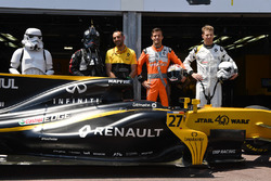 Un Storm Trooper, Cyril Abiteboul, directeur général Renault Sport F1, Jolyon Palmer, Renault Sport F1 Team RS17 et Nico Hulkenberg, Renault Sport F1 Team RS17