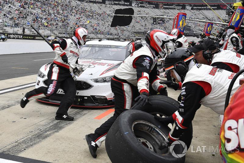 Brad Keselowski, Team Penske, Ford Fusion Discount Tire pits