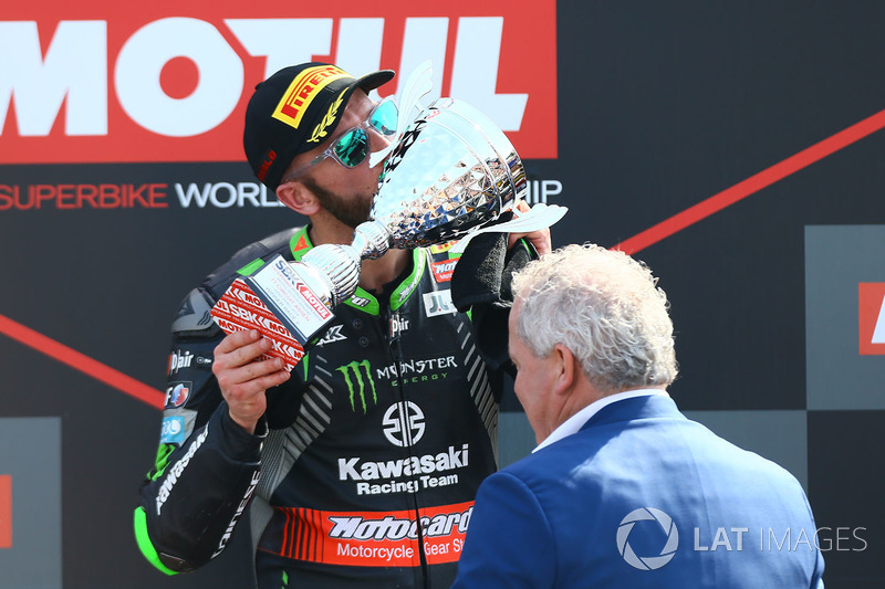 Sur le podium, le vainqueur Tom Sykes, Kawasaki Racing