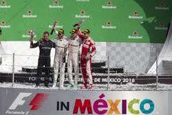 Podium: second place Nico Rosberg, Mercedes AMG F1, Tom Walton, Mercedes AMG F1 Engineer, Race winner Lewis Hamilton, Mercedes AMG F1, third place Sebastian Vettel, Ferrari