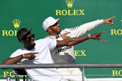 Winnaar Lewis Hamilton, Mercedes AMG F1 op het podium met Usain Bolt