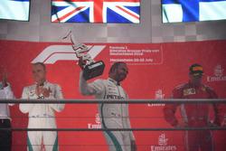 Podio: segundo lugar Valtteri Bottas, Mercedes-AMG F1, ganador de la carrera Lewis Hamilton, Mercedes-AMG F1 y el tercer lugar Kimi Raikkonen, Ferrari celebran
