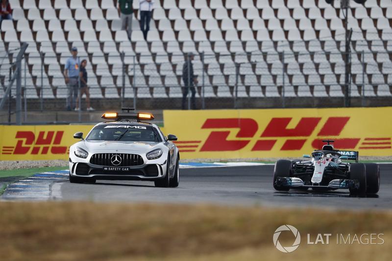 El safety car por delante de Lewis Hamilton, Mercedes AMG F1 W09