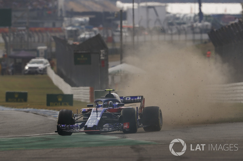 Pierre Gasly, Toro Rosso STR13, runs wide