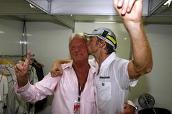 Jenson Button, Brawn GP en een emotionele John Button vieren feest
