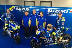 Andrea Iannone, Team Suzuki MotoGP, Alex Rins, Team Suzuki MotoGP con Ken Kawauchi, director técnico, Shinichi Sahara, líder del proyecto de Suzuki en MotoGP y Davide Brivio, el director del equipo