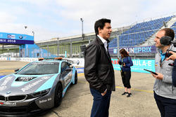 Toto Wolff, Director Ejecutivo, Mercedes AMG, apoyando Dare to be Different