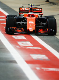 Stoffel Vandoorne, McLaren MCL32, dans la voie des stands