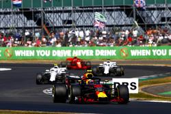 Max Verstappen, Red Bull Racing RB14, y Sergey Sirotkin, Williams FW41