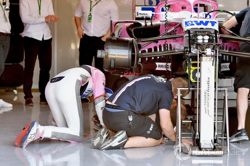 Esteban Ocon, Force India VJM11, guarda sotto la sua monoposto